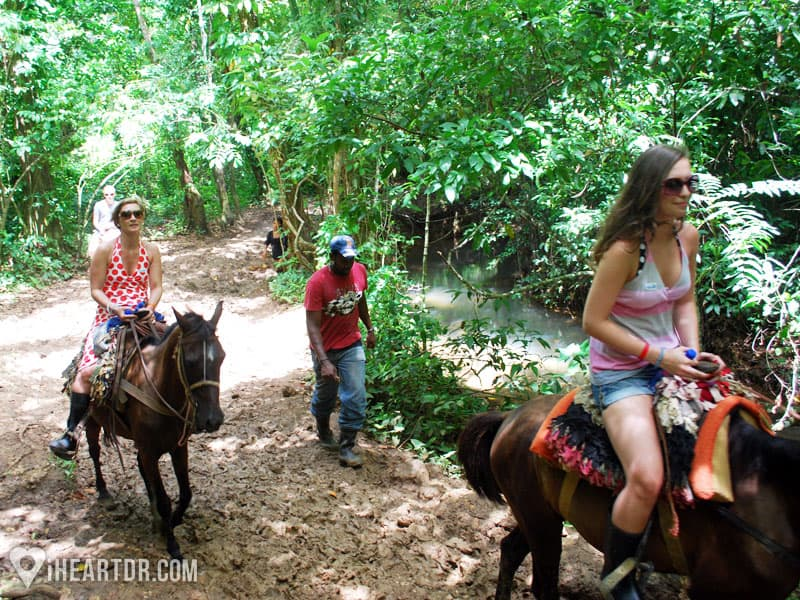 Women riding horses on the way to Salto del Limon